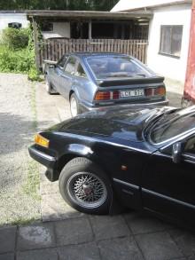 Valfrihet är att ha två Rover SD1. Redaktionens Vanden Plas levde förr på större fötter. I bakgrunden en Vitesse redo för långturer ner i Europa.