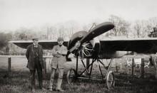 Enoch Thulin och otto Ask fölg själva hem detta plan från Frankrike 1914. En sådan långflygning var oerhört våghalsigt på denna tid. Här under mellanlandning i Bremen