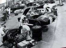 Febril aktivitiet i ormgroben, här monteras Cobror och en GT40 som til stor del var Shelbys verk också