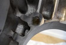 För att en vevaxel med större slaglängd ska få plats har motorblocket bearbetats på insidan. Industrirobotens framfart syns tydligt.