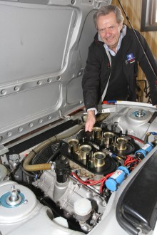 Gert Blomquist, Vetlanda RRC, ska bara finjustera sin Peugeot 504 Coupé innan tävlingen.