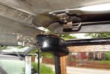 och det främre, låsblocket är fräst ur ett träblock med metallkant för inpassning av övre cabfästet