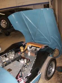 Här ser man delvis trästommen titta fram i motorrummet, där chassit hade mindre belastning användes balsa för att spara vikt.