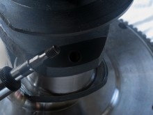 Vevaxeln har oljekanaler borrade både på kors och tvärs. De sörjer för att motorolja i alla lägen leds från kanalerna i motorblocket till vevaxelns lager. När kanalerna borras på fabriken får vevaxeln ett flertal hål som i efterhand måste pluggas. En droppe blå Loctite på gängorna gör att pluggen förhoppningsvis håller tätt och inte lossnar.