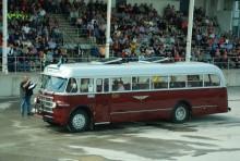 Inför fullsatta läktare presenterades alla deltagande fordon i paraden. Här är det Scania museets Scania-Vabis B52 från 1951 som beundras av delar av den 2000 hövdade publiken.