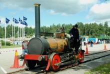 """Festivalens spårbunda fordon får här representeras av """"Försltingen"""", det första lokomotivet som redan 1953 byggdes och brukades i vårt land. På Munktell museet återfinns denna sentida originaltrogna rekreation."""