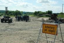 Sveriges Vägmuseum visade hur ett vägbygge kunde gå till vid seklets början. Här syns en Bolinder-Munktell traktor från 1916 driva en stenkross, samtidigt som arbetet inspekteras från en härligt patinerad