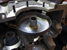 Oljepickupen sitter i den högra motorblockshalvan. För att fungera med påbyggnadsoljesumpen måste den förlängas.