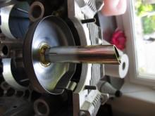 Med den nya oljesumpen följer ett förlängningsrör och en slangklämma. Amerikansk Mickey Mouse ingenjörskonst. Blotta tanken på att det bara skulle vara en sladdrig slangklämma av skräpkvalitet som förhindrar oljepumpen att suga luft är minst sagt skrämmande.