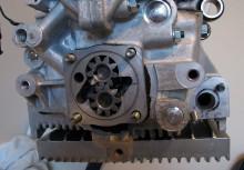Pumpen monterad. Det gängade hålet överst till vänster är var oljan leds tillbaka in i motorblocket. Oljekanalen som går diagonalt från pumpen används inte längre. Oljetrycket går istället ut från hålet i oljepumpslocket. Klart som korvspad?