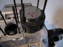 """Motorsatsen är tänkt att fungera tillsammans med topplockspackningar bestående av lösa kopparringar. Kopparringarna flyttar ut topplocken ungefär en millimeter från cylindern vilket ska säkra avståndet till kolven. Genom att shimsa cylindern in och ut från motorblocket kommer jag svindlande nära """"noll"""" vändhöjd på båda sidor…"""