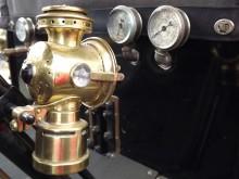 Instrumentbelysning 1906! en vacker fotogenlampa monterad på rattstången.