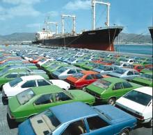 Här står en samling tidiga Ponys vid hamnen 1975 i väntan på att lastas ombord.