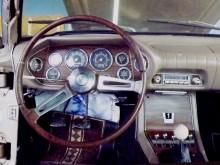 Senare bilar fick träimitation, vilket inte direkt var något lyft... och dessutom byttes de snitsiga vingformade reglagen ut mot vanliga runda.