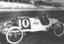 Eddie i den första bilen som bar namnet Duesenberg 1913. Upphovsmannen Fred Duesenberg var en sinnrik konstruktör var racerbilar ofta stod som segrare.