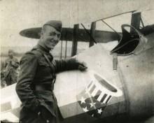 Eddie med en nieuport 28, som senare byttes ut mot en SPAD.XIII, och den berömda hatten i ringen symbolen som kom att bli signum.