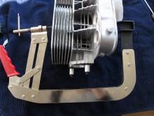 Med en ventilbåge inhandlad för 150 spänn på ett känt svenskt bildelsvaruhus kan jag plocka ur ventilerna. Nästa gång köper jag en bättre ventilbåge. Den här är fullkomligt livsfarlig. Exakt vad man skall ha den till vet jag inte. Efter att ha plockat i och ur ventilerna två tre gånger duger den mest som avancerad klädhängare.pic6.JPG