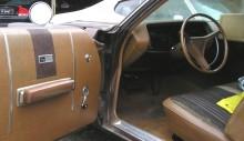 paisleymönstret går igen i säten och dörrsidor, i övrigt mysigt mellanbrun sjuttiotalsvinyl.