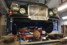 När en Volvo 165 besiktigas tar både besiktningsmannen och bilägaren bilder!