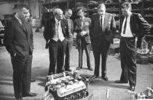Ray Geddes, Derek Hurlocks, Alan Turner och Carroll Shelby begrundar Vinkelåttan som skall skohornas ner i en Ace.