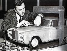 Martin Bourne i oklanderlig tweedkavaj putsar varsamt på en modell till blivande Silver Shadow. När man skall ta fram världens bästa bil får ingenting bli fel.
