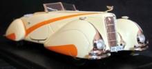 Det finns inga färgbilder på bilen alls från den tiden, men här är en modell med rätt kulörer. Här ser man också att grill och kofångare, var annorlunda, jämte de små kofångarna,