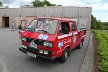 Följebilen - en VW dubbelhyttspickup som en gång tjänstgjort i Uddevalla brandkår agerar ständig backup.