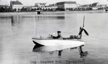 Sverre byggde andra morsomheter med, som denna propellerdrivna båt, med fyrcylindrig Chevroletmotor. En elbåt gjordes också.