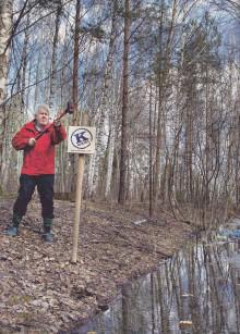 Jörgen Persson från Riksettan markerar ut platsen där det kungliga sällskapet åkte i diket. Foto: Håkan Flank
