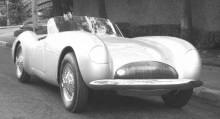 Täckta framlampor, på samma sätt som Vince hade gjort på Cord 810. Karossen byggdes i aluminium och har fina sportiga proportioner.