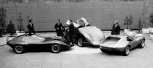 De tre XVR-bilarna granskas på gården av Leo Pruneau och kompani.