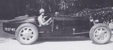 Lady Sybil Cholmondeley (fd Sassoon) med Bugattin 1925, senare övertogs denna av Malcom Campbell som vid den här tiden var Bugatti-handlare i London.  En type 35 med denna identitet finns bevarad idag men osäkert om det verkligen rör sig om samma bil.