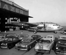 Här står ett par nya Kaisers till höger i bild och till vänster lågbudgetstastningen som hette Henry J. I bakgrunden Fairchild C-119, i Willow Run 1953.