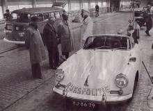 Bilen på bilden är från 1960. Här visas den stentuffa klädseln för att framföra öppen Porsche i ur och skur. Bakom den står en lite märklig VW-buss som innehåller en nymodighet, radar för hastighetsmätning, mer om dessa senare.