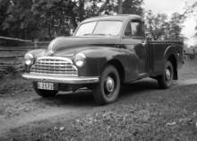 Och farbror Gunnar körde pickis! En av de få Morris Oxford pickup som nog sålts i detta land. Min plats var på flaket, lutandes mot hytten, när det skulle åkas någonstans.