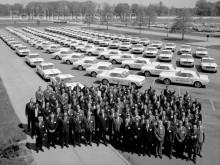 Förtjänstfulla säljare väntar ivrigt på nyckarna till den nya bilen