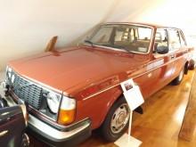 Men även vanliga bilar har fått plats i samlingen , som här en tidig 244GL med bara drygt 5000 mil på mätaren