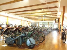 Den som gillar mopdeder och motorcyklar har att göra i timtal. Här finns även en stor portion tävlingshistoria med allt från hojar till hela prissamlingar.
