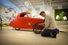 Klassikers Claes Johansson lagar punktering på sommarbilen.