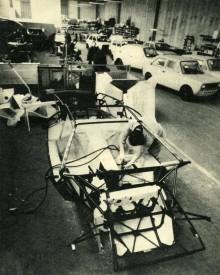 Här syns nyimporterade 147:or hos Lamborghini som väntar på att bli rustade som Rusticas. I förgrunden sätter man ihop ett Countachchassi.