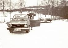 Eviga Volvo 140 lever än. Så löd rubriksättarnas text till min artikel om Volvos 140-serie som jag skrev till Hudiksvalls Tidnings ungdomsredaktion. Som bildtext hade jag bland annat en svartvit bild på mig själv och min 18-årsbil som jag tagit vid båtbryggorna i hembyn Bergsjö. Bilen var ingen skönhet och var minst femfärgad. Som kuriosa kan nämnas att min frisyr med bena åt höger var inspirerad av en av de tyska terroristerna i filmen Die Hard. Drygt 20 år senare kan man ju fundera över det märkliga i att man ändå blev så pass normal som man blivit.