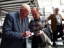 Flitig autografskrivare vid återöppnandet av Saabmuseet 2012.