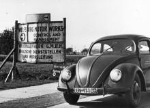 En av de första folkorna utanför fabriken i Wolfsburg