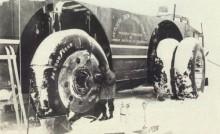 Här en bild från expeditionen som visar hur man försökte rädda bjässen med att montera extra däck samt kedjor för att kunna komma loss ur snön .