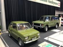 Fiat 126 och Range Rover i samma kulör visar bredden både på utställningen och 1970-talet. (Foto Filip Stén)