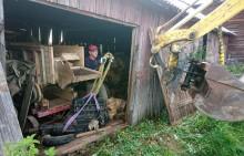 Motorn stod längst inne i en lada. Som tur fanns både en bakre dörr och resurser på gården att lyfta med.