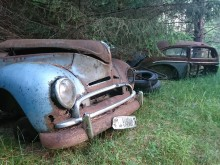 En delad tidig 50-tals Ford Taunus ser lite surmulen ut