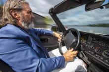 Kjell Bergqvist kör Klassikers Saab 900 Cabriolet, för 31 år sedan körde han en 900 cabriolet på Rivieran under inspelningen av en produktfilm för Saab.
