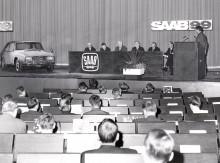 Presskonferens, alla är nyfikna på nya 99:an, men vem glömde rätta till backspegeln?
