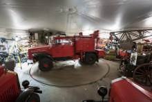 Brandbilsveteranerna i föreningen Röde Hanen tar hand om veteranbrandbilar i ett stjärnformat garage i Midsommarkransen. Med hjälp av en vändplatta går det att få ut alla fordonen.